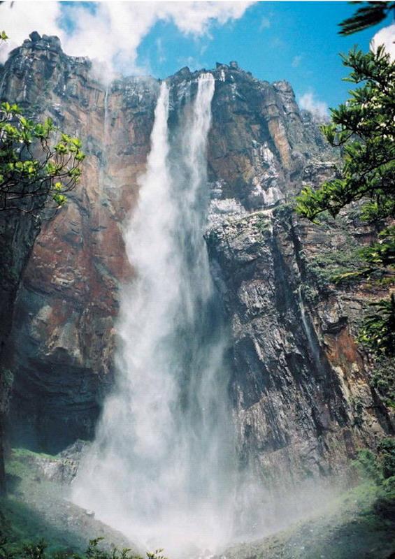 Il salto angel è la cascata più alta del mondo 979 metri ed è in