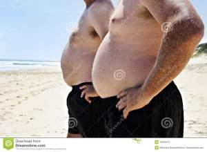 due-uomini-grassi-su-una-spiaggia-18409314